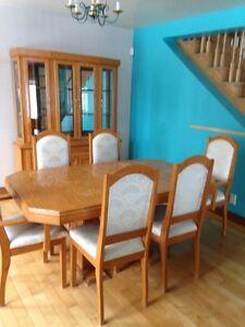 Set de table de salle à manger et vaissellier