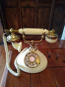 Plusieurs réplique de teléphone antique et autres tel.