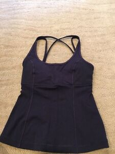 Navy lululemon tank Sz 4, has cup inserts. Strathcona County Edmonton Area image 1