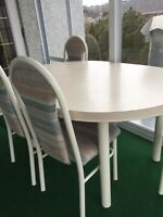 Awesome dinette table and 4 chairs- non smoking home