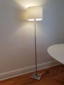 Lampadaire ALÄNG IKEA abat-jour blanc
