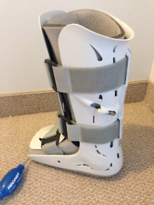 Aircast XP Walker brace/boot Left- Great condition 70$ with pump
