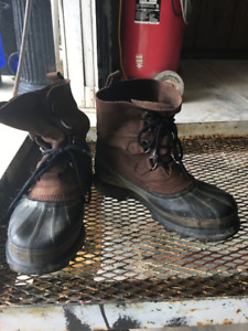 SZ.9 CARIBOU WATERPROOF BOOTS AND SZ.10 RUBBER BOOTS