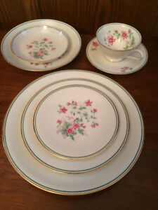BEAUTIFUL 8 PERSON CHINA DINNERSET - COMPLETE