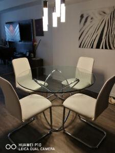 Table ronde en verre avec chaises blanches