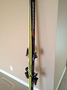 Ensemble ski alpin Rossignol incluant fixations & battons de ski
