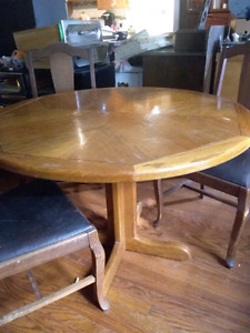 Beautiful Round Mexican pine table with 3 chairs