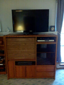 VERSATILE ENTERTAINMENT OAK UNIT WITH WHEELS!!!