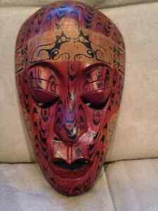 Masque décoratif en bois