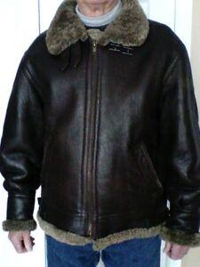 Manteau court en cuir brun pour homme.
