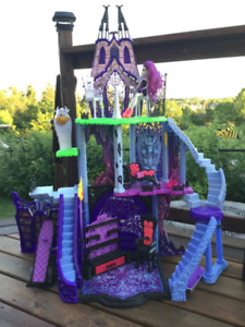 Halloween Monster High Freaky Fusion Catacombs  Kids Playset