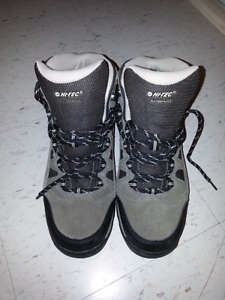 WATERPROOF HIKING BOOTS SIZE 8