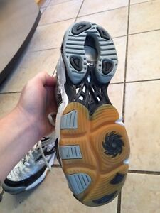 Ladies volleyball shoes and knee pads Stratford Kitchener Area image 2