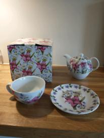 Flowery tea set for 1