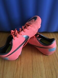 Girls Nike soccer cleats, size 3 London Ontario image 2