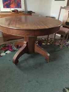 Gananoque- Antique round Diningroom table with 4 +2 chairs
