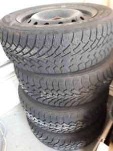 4 pneus hiver sur jantes - 215/60R16 - GoodYear (Nordic Winter)