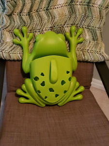 Boon Frog bath caddy/storage