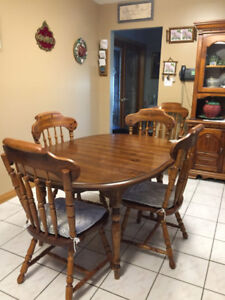 DINING ROOM SET: Table, 6 Chairs & Hutch ~ Beautiful ~ SALE