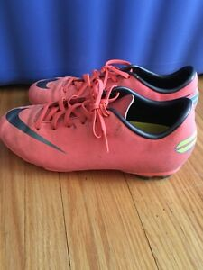 Girls Nike soccer cleats, size 3 London Ontario image 1