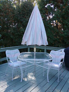 Patio dining set - 1 table, 4 chairs, 1 umbrella