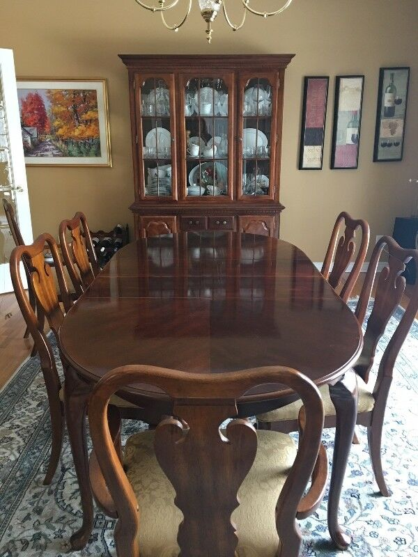 Description A Classic Dining Room Set