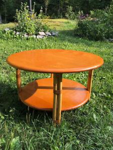 Belle table ronde de salon en pin couleur miel vernis 2 plateaux