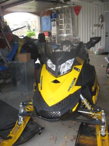 MOTONEIGE BOMBARDIER MXZ 800 2010 ÉLECTRIQUE CHENILLES CRAMPONNÉ