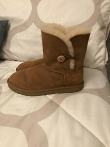 Ugg Bailey Button Short Boots Size 6 in Chestnut