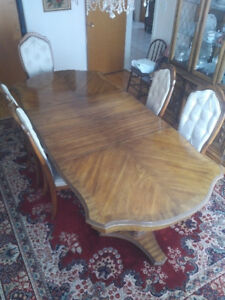 Oak Dining Room Table 6 Chairs and Hutch $1,200 Montreal