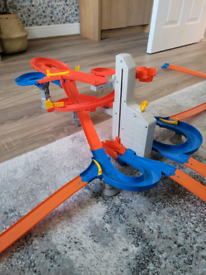 Hot Wheels Auto Lift Expresssway Includes extra track and cars