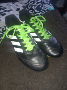 Used Black,White,and Green Soccer Cleats