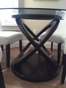 Beautiful brand new glass table with 4 white chairs