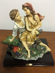 STATUETTE COUPLE ON TREE STUMP - COUPLE ASSIS SUR TRONC D'ARBRE