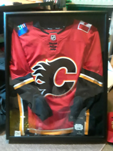 Flames Jersey in black wood/glass case