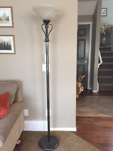 Fashionable 6 foot floor lamp in perfect working condition