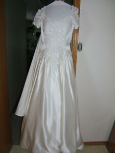 Gorgeous WEDDING GOWN/DRESS - Top Quality - Must see!