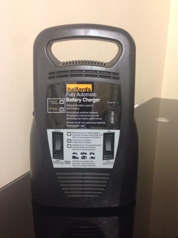 Halfords Fully Automatic Battery Charger In Bow London