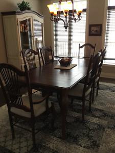 Table salle a manger , vaissellelier haut de gamme