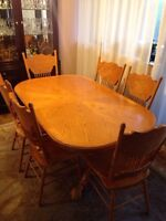 Excellent condition solid oak oblong dining table and 6 chairs!