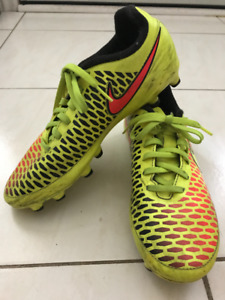Youth Soccer Cleats (Yellow - Size 6)