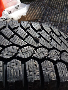 4 Pneus D'hiver 215 / 65R16 GISLAVED NORD FROST 200