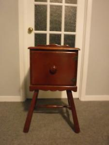 Petit meuble en bois  avec porte