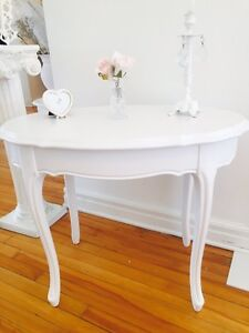 Charming shabby chic table:)