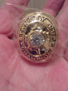 LARGE HEAVY TORONTO MAPLE LEAFS STANLEY CUP CHAMPIONSHIP RING.