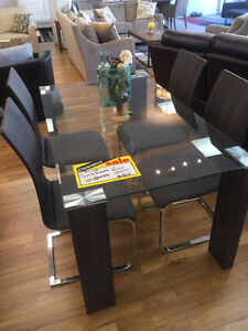 Extra value for this glass dining table