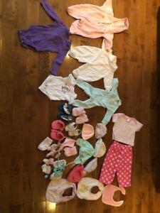 Vêtements de bébé, pyjama, tuques, bavettes, bas