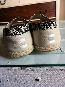 Size 9 TOMS shoes Cambridge Kitchener Area image 3