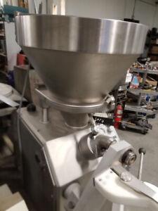 Machine industrielle pour faire les saucisses