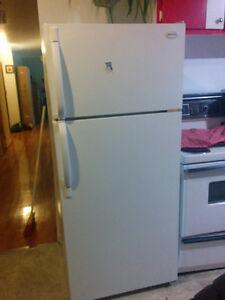 Réfrigérateur de marque Frigidaire + Cuisinière GE